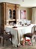 正式的餐厅,红色挂画来自Mariona Buxó,19世纪西班牙风格橱柜、19世纪英国座椅、水晶烛台等物品均可在Azul Tierra购得。