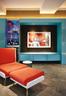 客厅里,画着奥巴马的波普艺术风格作品由泰国艺术家Pakpoom Silaphan呈现。在左边,玻璃橱柜门打开后是一个内置的饮料柜。橙色和白色休闲椅及腳櫈则由ACID+设计特别定制而成。Anji自认是一个完美主义者,她的公寓是科技和舒适感的完美结合,同时实现了每一个细节上的功能最大化。