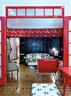 优子把原来棕色的墙面木镶板漆成了浓黑色,与红色门框以及Scalamandre的红色墙纸形成鲜明对比。这款红底斑马图案的墙纸,源于优子最喜欢的电影 《The Royal Tenenbaums》中的场景装饰。客厅来自德克萨斯Spruce网站的经典沙发上,覆盖着带有黑白波普图案的织物。很多家具及小配饰都收集于欧美,但组合起来感觉还是很日式。