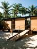 在房屋背面,一个船舶样式的舷梯充当着入口,带我们进入这所横躺在迈阿密沙滩木桩上的梦幻之居。