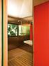 浴室陈列简单却超级实用,格子地板充当着淋浴盆,室内充分利用窗外的光线。在这里,窗户同样变成了美丽的画框。