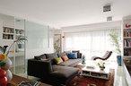 客厅中,L形沙发购于中粮广场,墙面上的水墨人物画是来自杨玲父亲的礼物,皮质躺椅购买于三里屯的Casa Pagoda,它与沙发中间的瓷质边桌为Minotti品牌,来自家天地。白色的方形茶几是杨玲与Frank一起研究设计的,朝向沙发的一侧有抽屉,可收 纳零碎物品,其余三面都有凹槽,适合取阅杂志。在客厅临窗一侧的凹陷区域中,一扇钢架玻璃隔断打造出相对独立的书房。