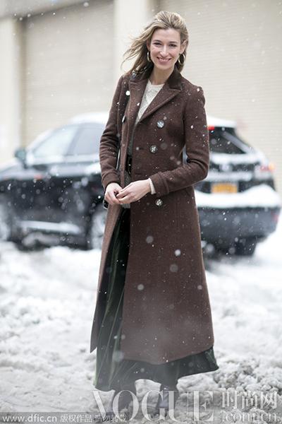 墨绿色及踝长裙搭配栗色收腰长大衣