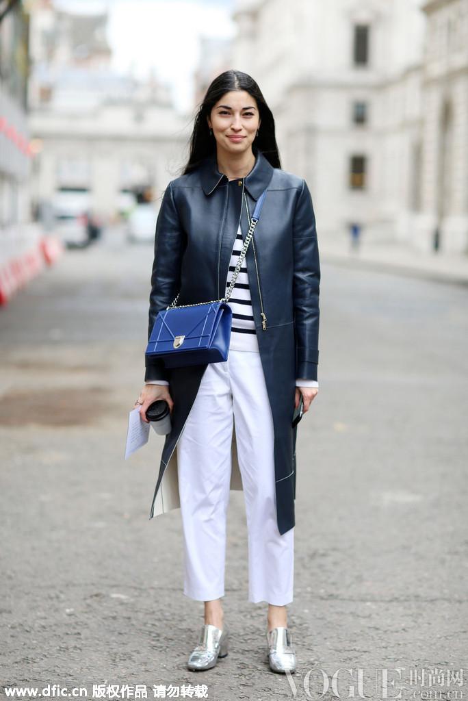 issa)用条纹衫搭配白色七分裤的造型十分清爽