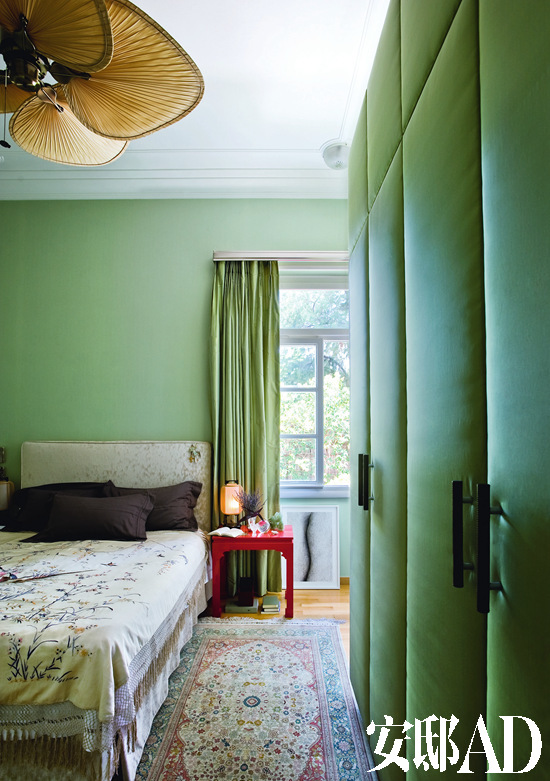 卧室衣柜的表面是用丝加衬垫包成的