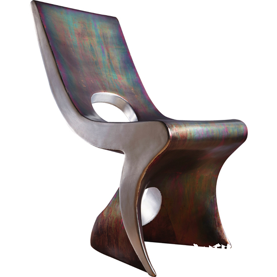 这件工业感十足的座椅实际是用树脂材质制作