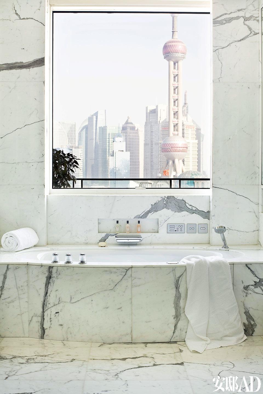 上海半岛酒店公寓位于上海外滩苏州河与黄浦江交汇的外滩源,图为