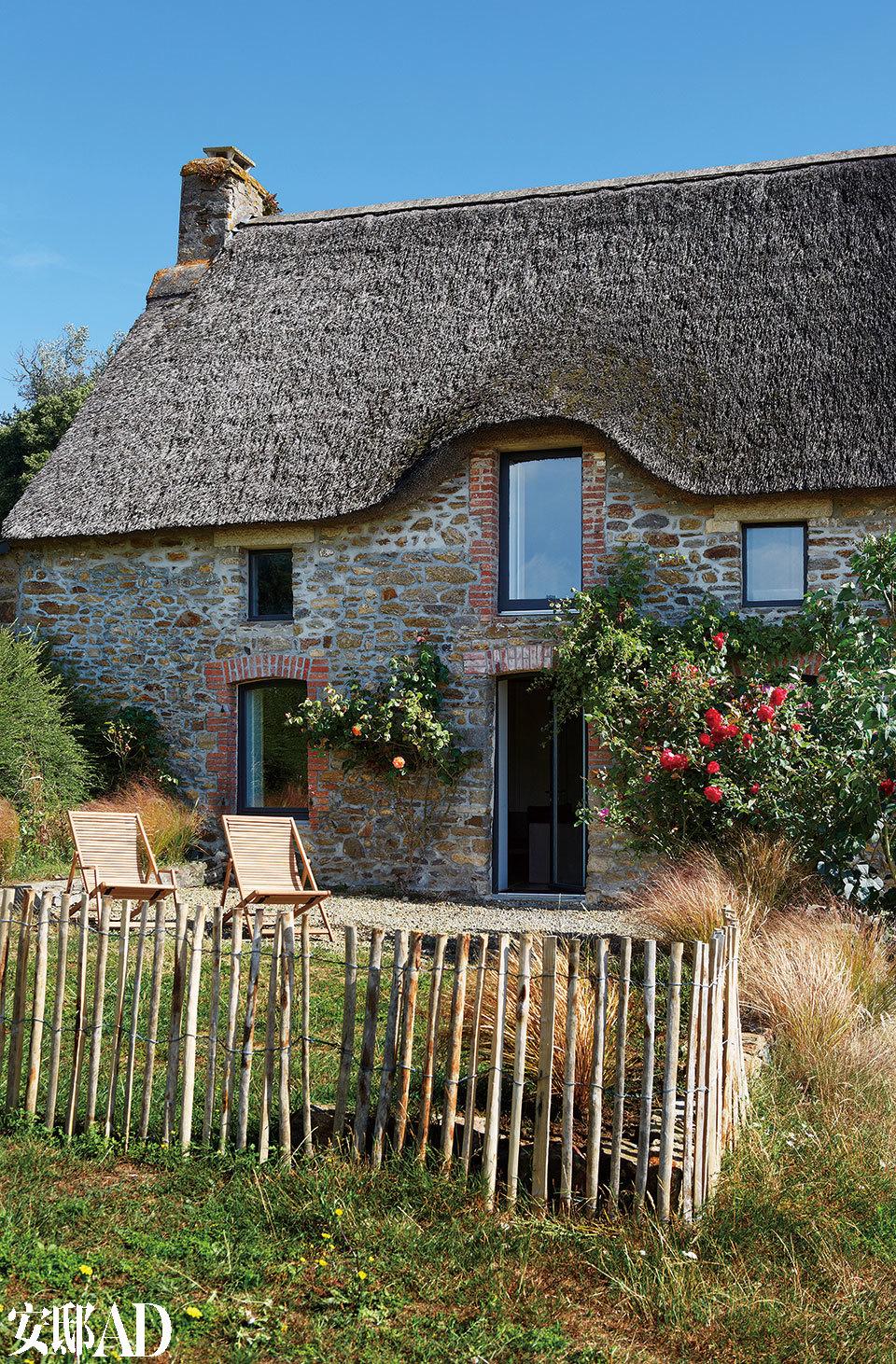 房屋应用了花岗岩外立面和传统的茅草屋顶。