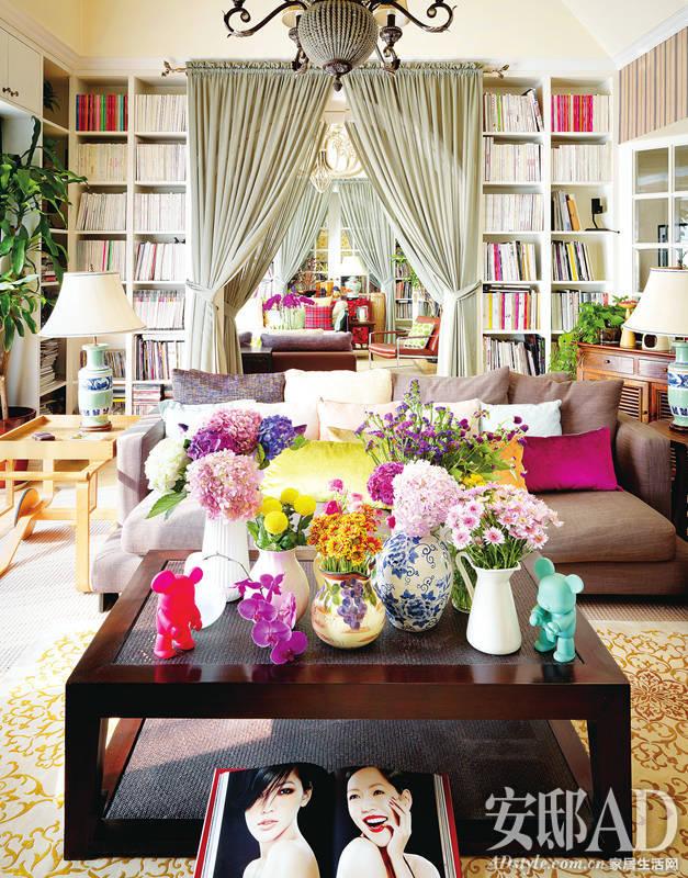 """""""从另一个角度看客厅,茶几,沙发和书架上都充满各种可爱的小细节."""