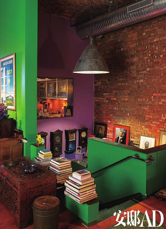 各种钟表是黄荣亮的最爱之一,他还收藏复古油脂罐和旧缝纫抽屉等。部分收藏的时钟最近被从一层移到了楼梯处,墙体等颜色由色彩顾问Eve Ashcraft设计。