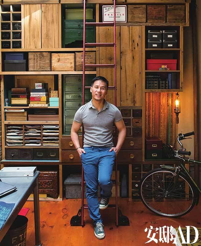 主人:黄荣亮(Bradley Darryl Wong),美籍华裔演员,1964年生于美国旧金山。曾出演过热门电视剧《法律与秩序》,以及电影《侏罗纪公园》、《白色蛙》等。但这些都不及他在百老汇戏剧界的成就。早在1998年,黄荣亮在舞台剧《蝴蝶君》的高超演技就使他获得了美国戏剧界的最高奖项托尼奖的最佳男演员奖。生活中黄荣亮是一个公开的同性恋者,2003年他出版了Following Foo 一书,书中记录了他和当时的生活伴侣通过代孕的方式得到孩子的经历和感想,引起很大的社会反响。