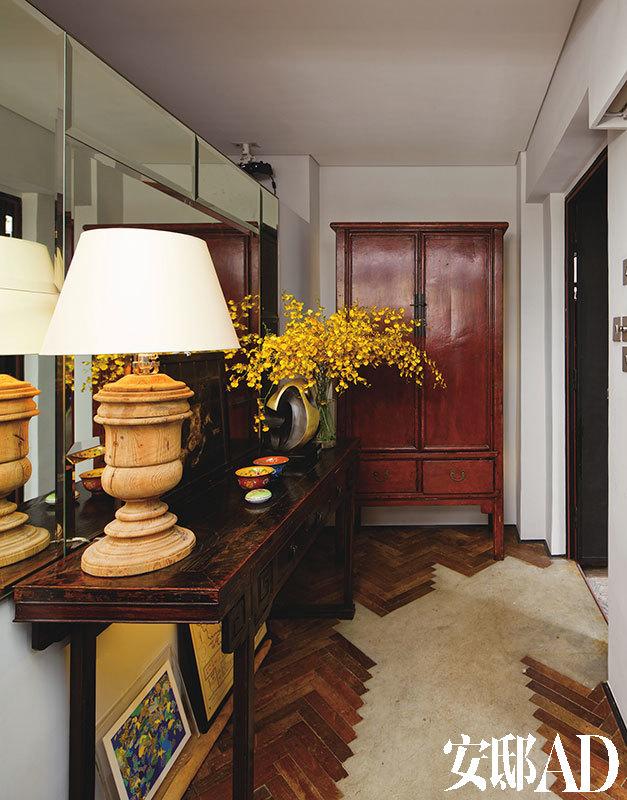 家中原有的拼木地板被设计团队一一起出,经过重新清洁和打磨,最后以欧洲常见的斜纹式图案重新铺装回地面,刻意留下部分地面,与主人心仪的水泥材质混搭在一起,别具当代气息。