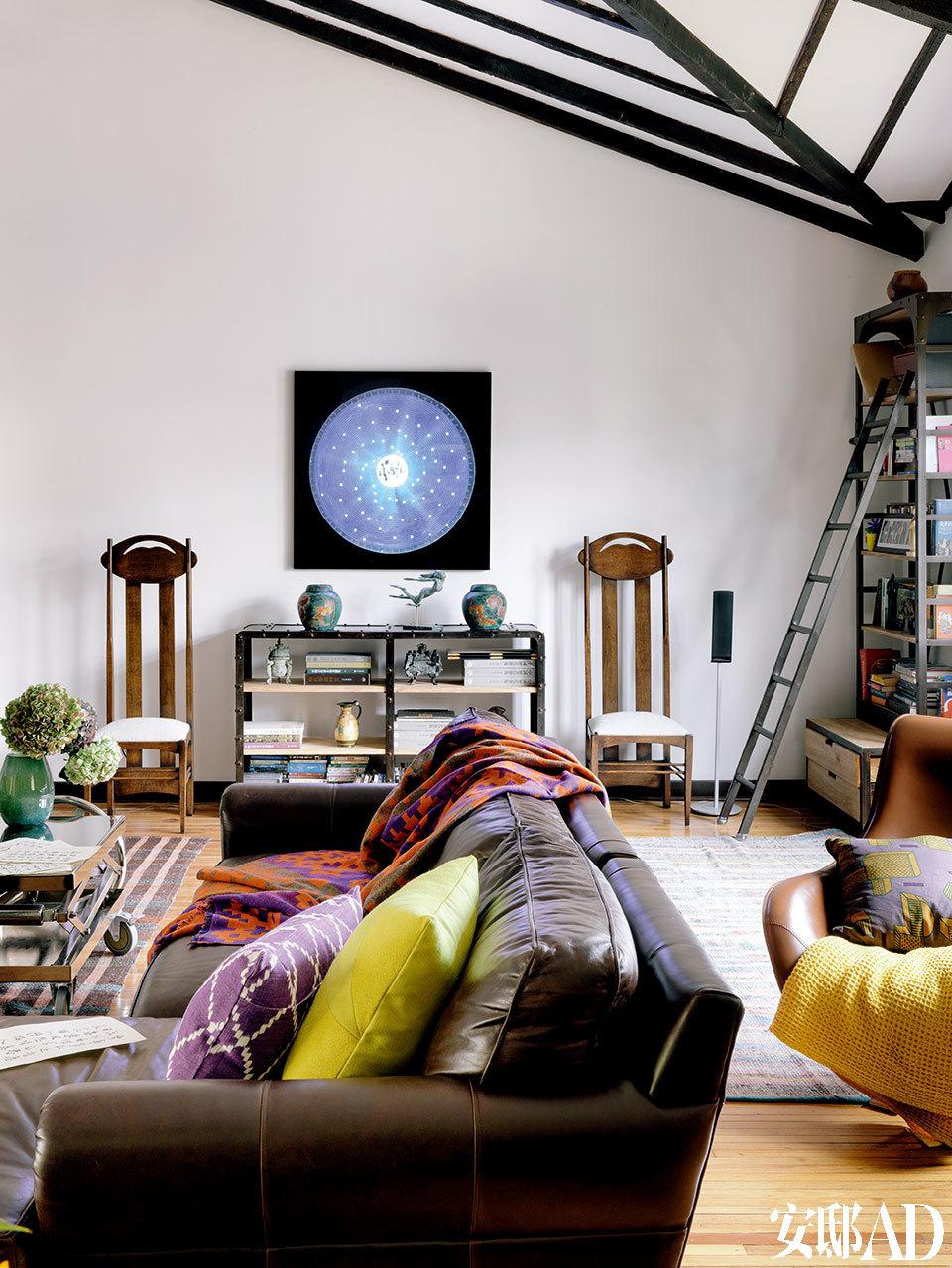 """李光程家附近就有不少画廊,他和太太晓思经常散个步去看展,也买回不少艺术品。他们将法国艺术家组合LLND的LED装置""""沙罗周期日历-月全食""""展示在三层,与中式的家具构成有趣对比,也令空间更显年轻。"""