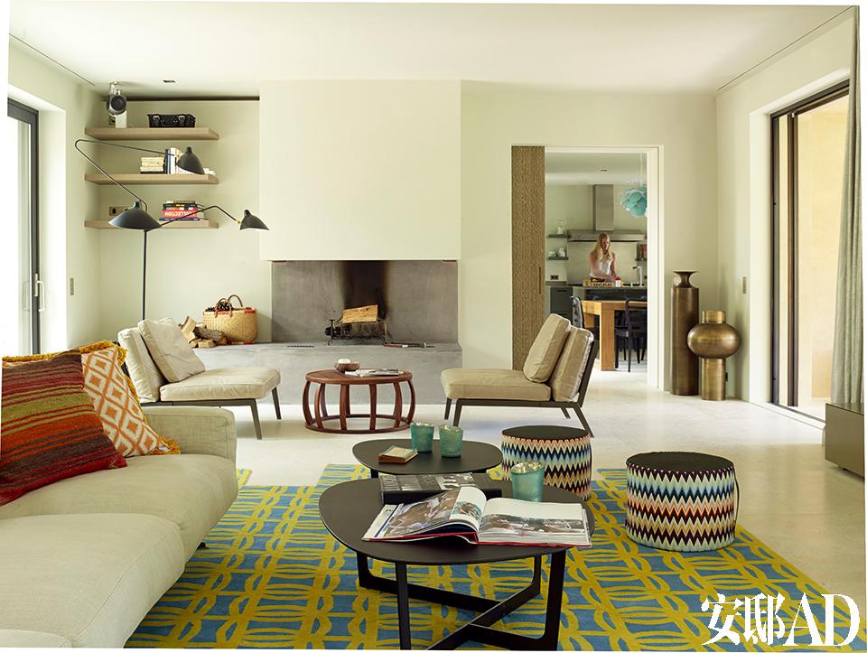 恬淡的色彩为这栋稍显冷峻的建筑增添了活力,慵懒而不失精致。客厅的另一侧,近处地毯上的两只圆墩是Missoni的Markusy系列,稍远处的两只Happy座椅是Antonio Citterio为Flexform设计的,它们中间的Loto圆桌也是Antonio Citterio的设计,Maxalto出品。最远处的两只铜壶来自Gervasoni,一旁通向厨房和餐厅的橡木推拉门则是Atelier Zuerich为这个家量身打造的。