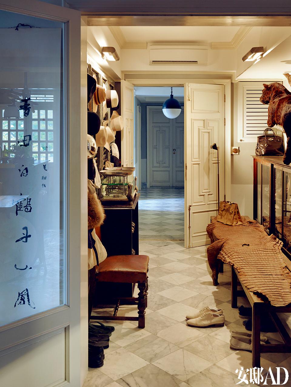 公寓入口,一整墙上挂满了叶裕清喜爱的帽子以及他所收藏的动物标本里的极品——来自中美洲的黑豹及老泰国鳄鱼皮!