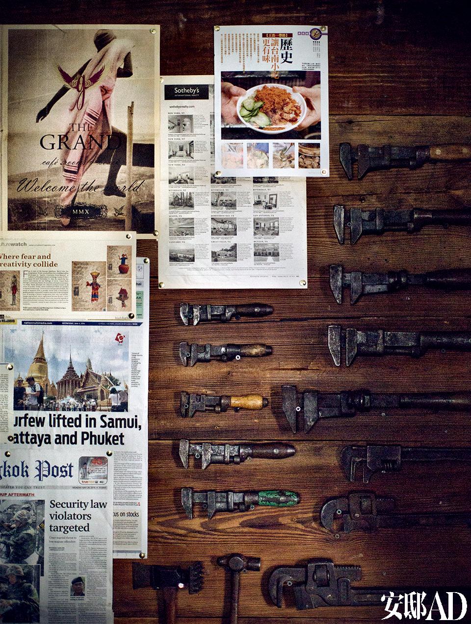 工作桌前的墙上挂着搜集回来的剪报和老工具,也算是一种另类的装饰。