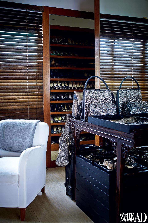 作为一名时装设计师,Marie France的服装、鞋履和配饰收藏非常可观。