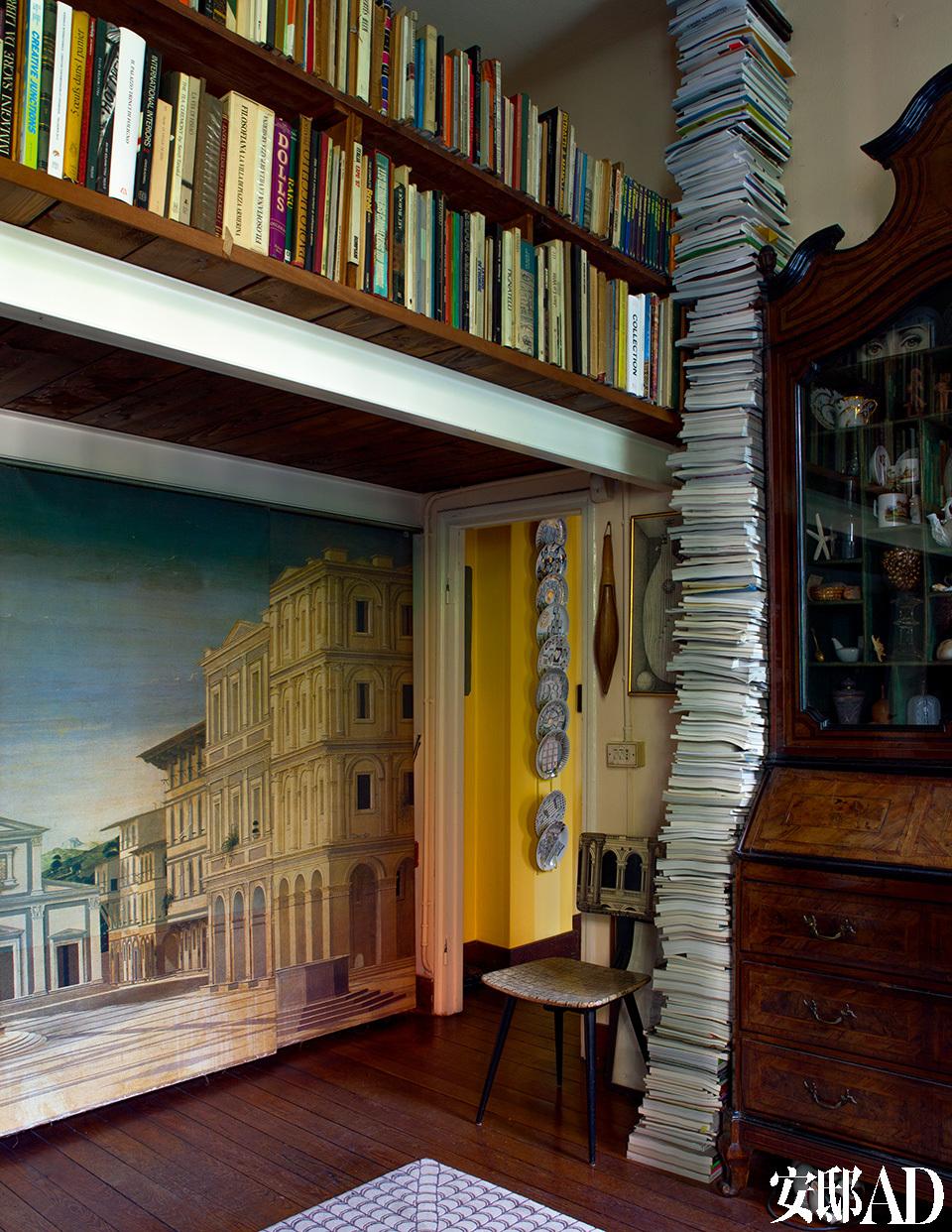 一层客厅内,左手边是受文艺复兴时期启发的裱框画作,代表一座理想之城,由Piero Fornasetti和Barnaba Fornasetti父子共同创作。