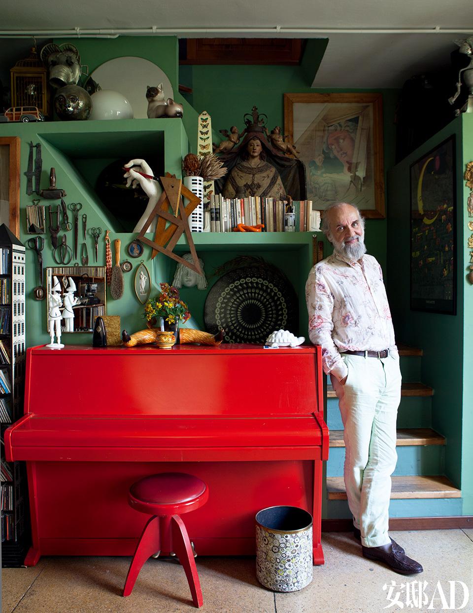 主人:Barnaba Fornasetti,家居设计大师Piero Fornasetti之子。Piero Fornasetti创作出设计史上的经典之作,他把女孩Lina Cavalier的脸装饰在瓷器、家居和其他物件上,融入戏剧化的元素。Barnaba Fornasetti站在米兰家的二层,倚靠在红色钢琴旁。钢琴上是已故父亲Piero Fornasetti曾使用过的物品。