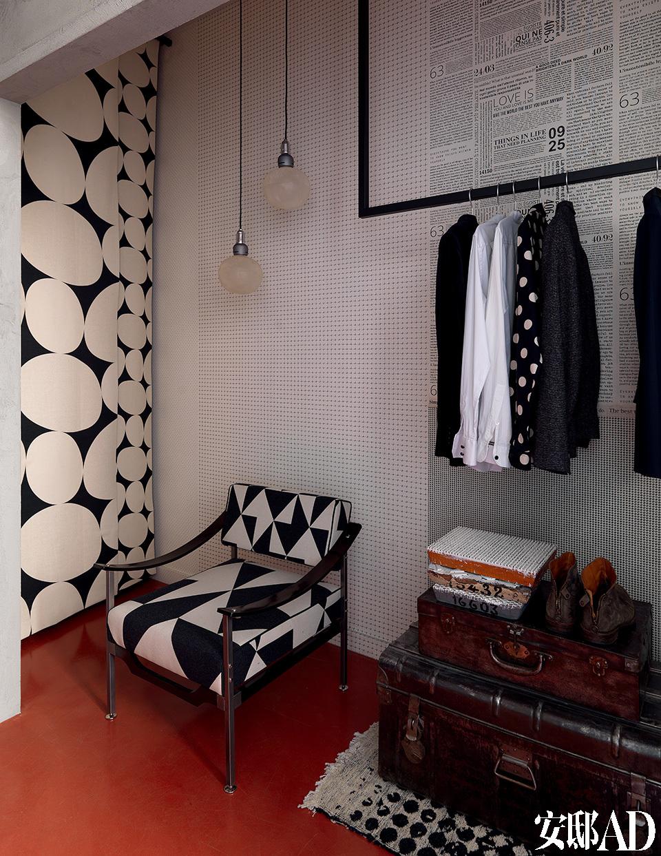 书房的墙面、地毯还有扶手椅上反复重复的黑白两色与地面的红色形成了强烈的反差。黑白图案相间的古董椅面料