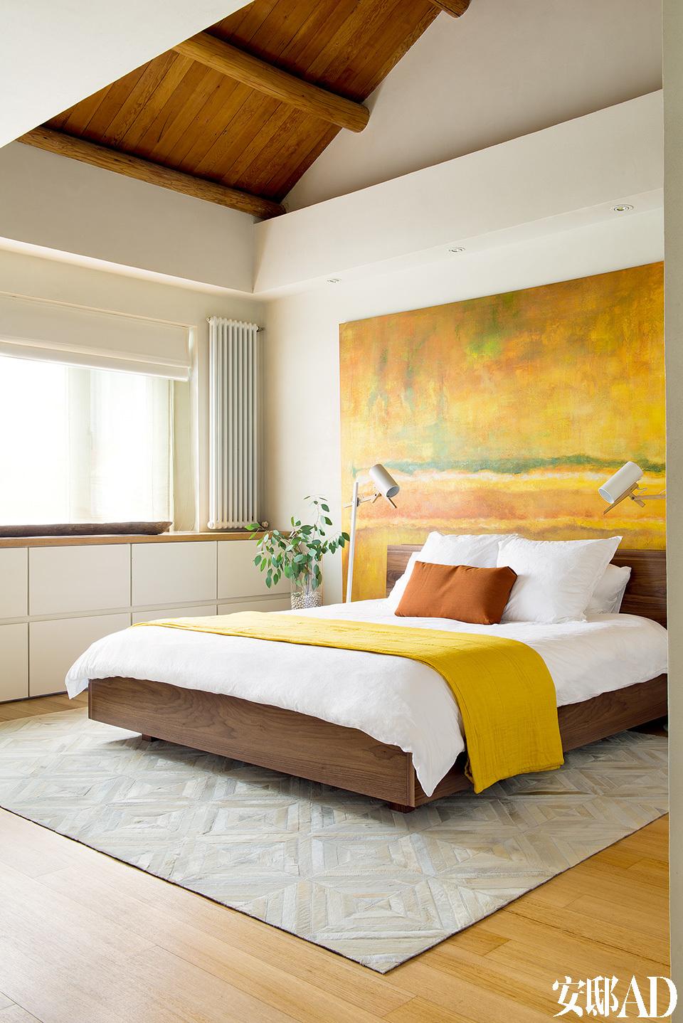 大多以白色和直线构成的浴室,以质朴褪漆的老家具和陶器来调和,调子便温暖平缓起来,光脚走在磨砂感的地板上,身体已放松了下来。