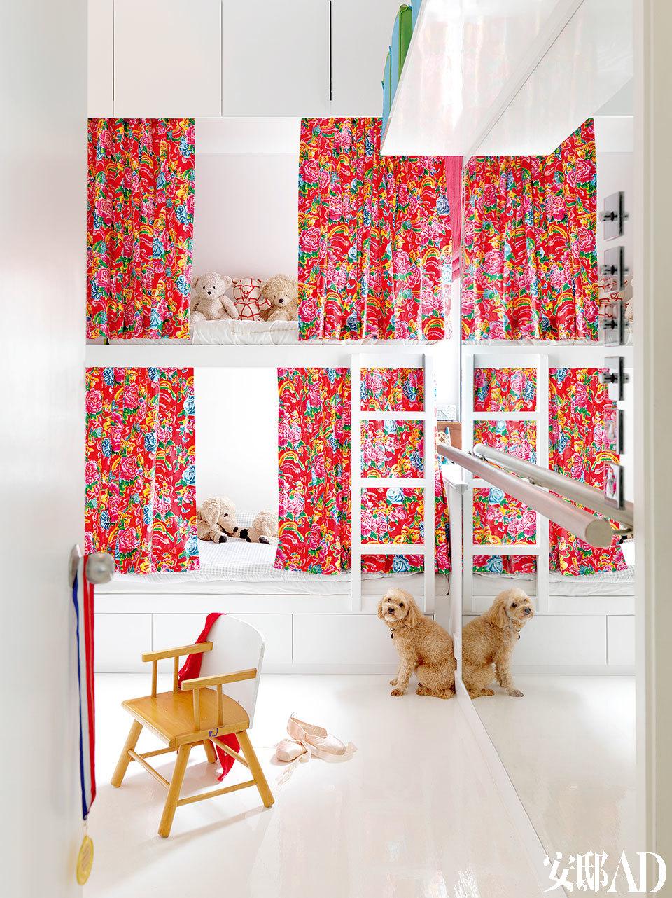 小朋友的房间以亮丽的民俗风格布料来提升活力,新增的落地镜和扶手杆是为Helen的女儿练习芭蕾舞所设。