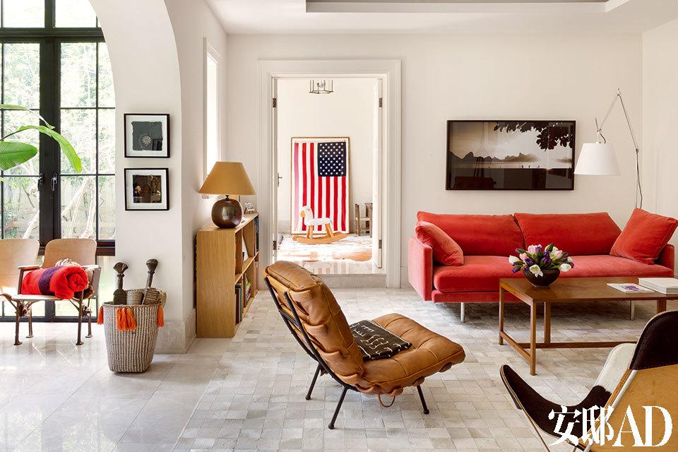 起居室内的大部分家具都是跟随主人搬家而来,充满了家庭生活的记忆。