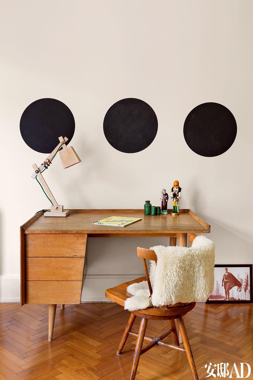 呆板的白色墙面,三块圆形的黑色色块就带来了酷酷的俏皮感。