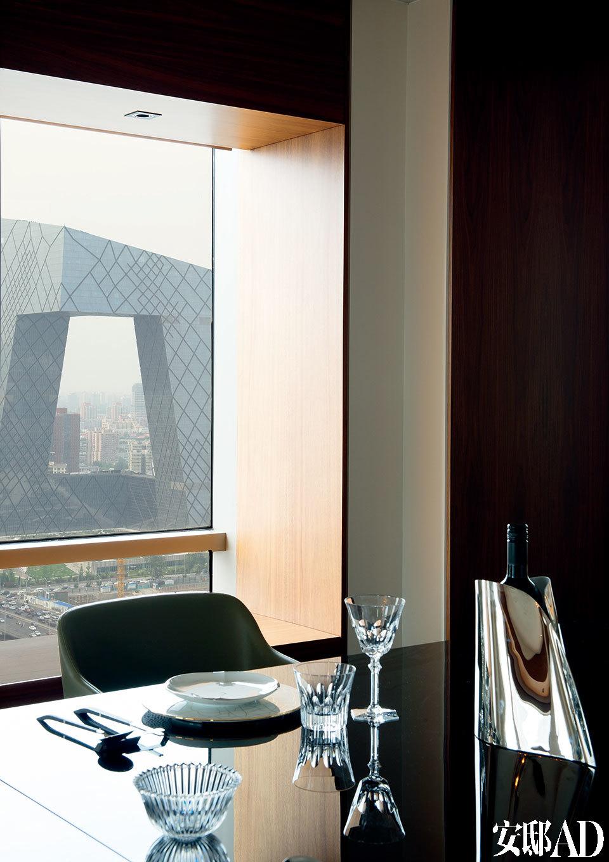 在正式餐桌上用餐时,窗外便是北京国贸商圈的繁荣景象。餐桌上的Legle餐盘和Jia餐具来自家天地,千夜水晶碗、Hacourt-Eve水晶杯等水晶器皿均来自Baccarat,Georg Jensen的不锈钢冰酒桶来自10 Corso Como。