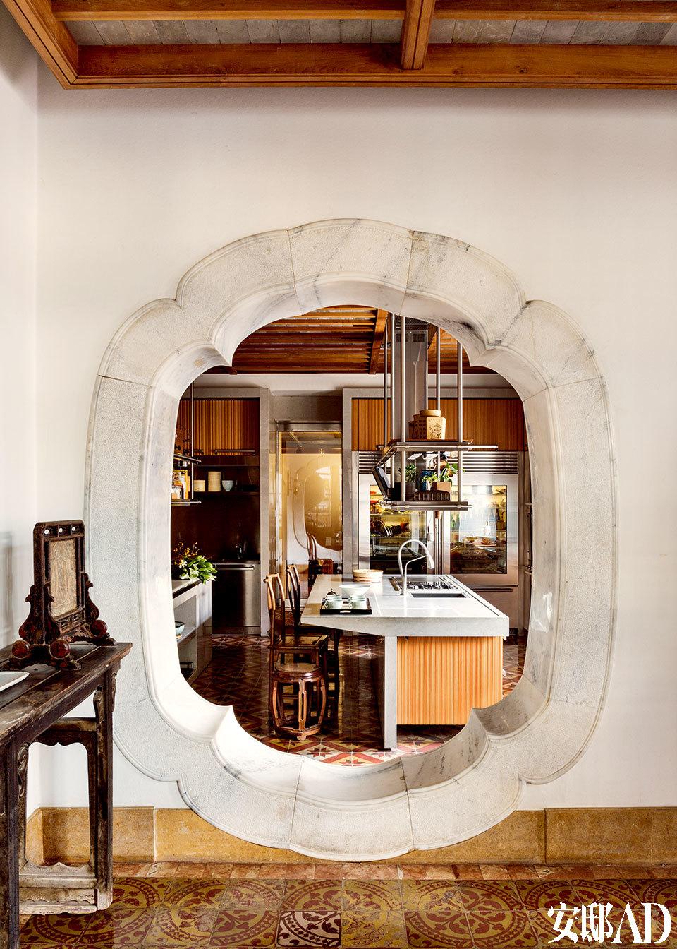 因爱好美食与烹饪,主人为厨房留出了宽敞空间。以中国园林的窗洞为门,更让古今中西融汇一堂,好似窥见生动的日常之美!厨房位于一层,面积很大,因为主人不仅是美食爱好者,更乐于自己下厨。但选到实用又美观的厨具并非易事,直到淡勃在欧洲偶遇该橱柜品牌的老板,才终于眼前一亮,并自己设计拼配了设备,他当时的设计手稿还陈列在该品牌的总部。而厨房的门则别出心裁地设计成了中式园林窗的样子。