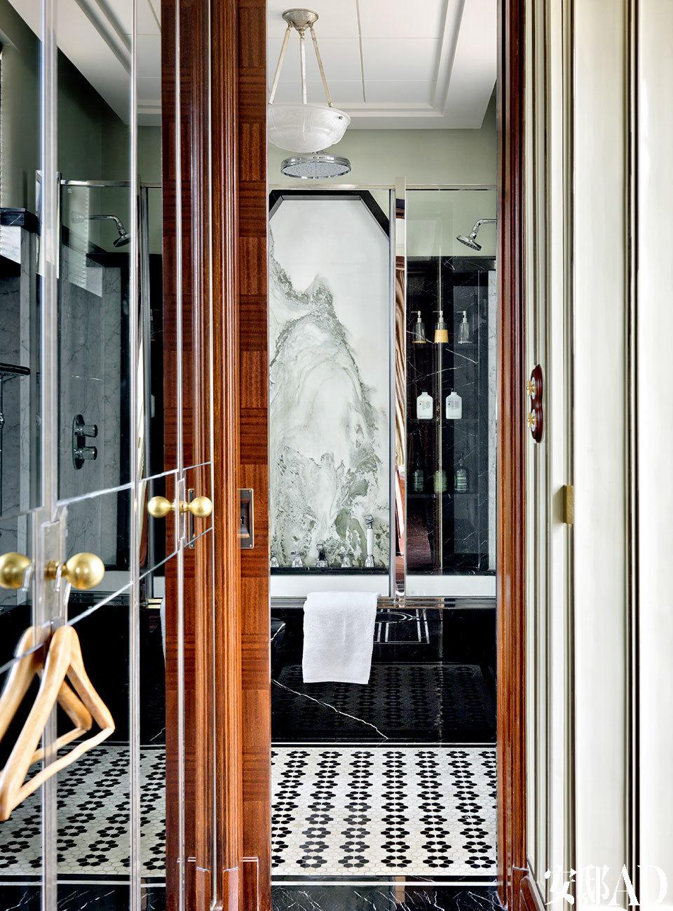 主卧卫生间特意选了一块有山水画图案的大理石作为主视觉,小小的走廊两面上镜子反射出《了不起的盖茨比》中的金碧辉煌。