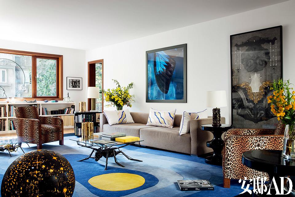 客厅里两件昆虫造型的茶几针锋相对,是男、女主人开给彼此的玩笑。宽阔的窗户引入大量自然光线,而低矮的书柜让出上层空间,令整个家气息通透。蚊子咖啡桌购自一次拍卖会,是艺术家Christophe CONAN 的作品。圆形的灯来自艺术家José ESTEVES。沙发来自上海Studio FM。地毯是Naco建筑提供。