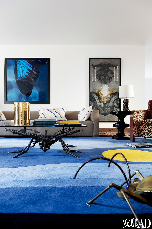 家里的每种元素都在强调自己,又在彼此冲撞,最终融为一种整体的张力。或许是对家乡科西嘉的怀念,令主人以海洋的蓝色铺就了这间客厅的地毯。墙面右侧的画作来自生活在上海的艺术家Christian de Laubadère创作;左侧的画作来自艺术家Ferdinand de LESSEPS。