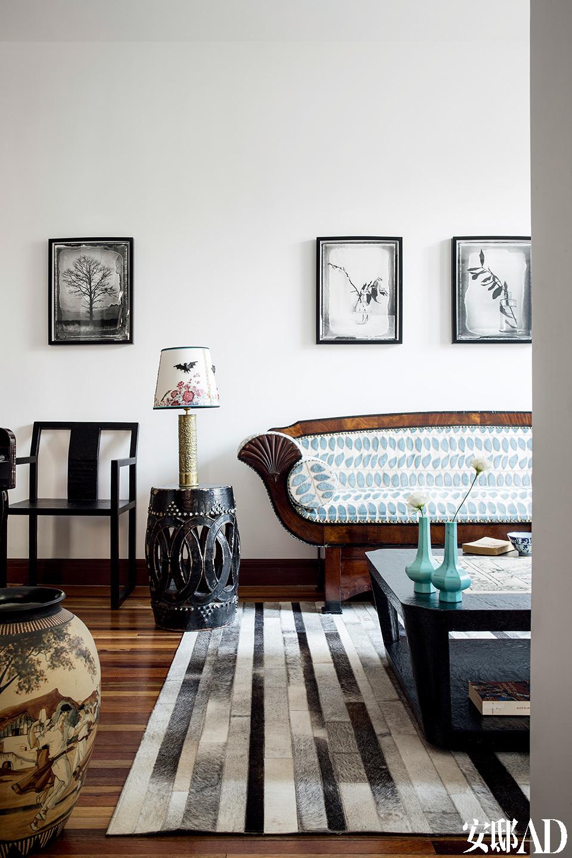 温柔、安静的小客厅是女主人最喜欢的地方,窗外的树影落在窗户上、地毯上,就像在舞蹈,因此索性就不用窗帘了。沙发、圆凳和座椅均来自Chai Living。