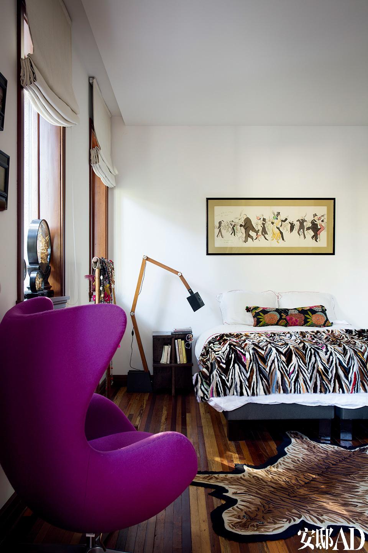 主卧像是这个家的特色总结:中式元素、艺术品、色彩碰撞、考究的灯具,以及低矮且随手可得的书柜......戏剧感十足。