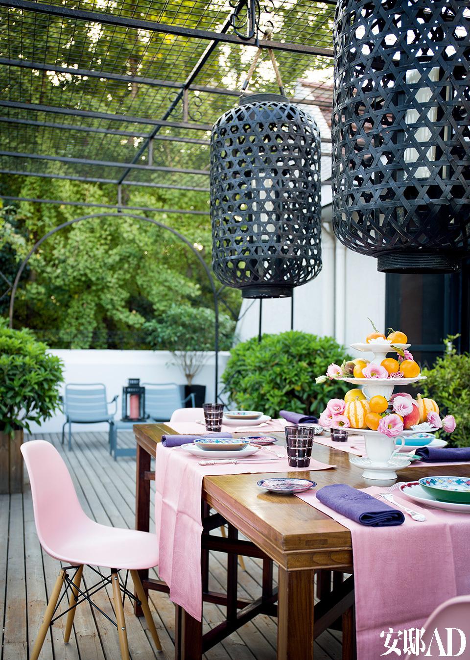 露台四周绿树掩映,举办朋友聚会的时候,这里人气最旺。布置餐桌是女主人的爱好,桌布、银器、餐具、餐巾、鲜花......各种道具组合拼接,其乐无穷。圆形花盘来自Spin,粉色餐椅来自Vitra,远处的灰色户外椅来自Fermob。