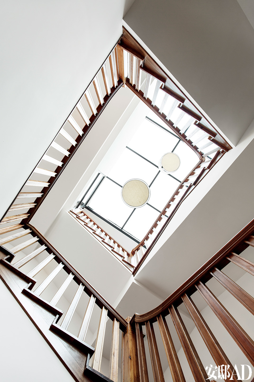 老木铺就的楼梯散发出自然木材特有的味道,阳光自玻璃穹顶直泻下来,那完全是一幅崇尚自然与自由的现代生活场景。老房子原本只有四壁与屋顶,空空如也。原木铺就的旋转楼梯是主人新建的,支撑起全屋的气场,贯穿三个楼面。