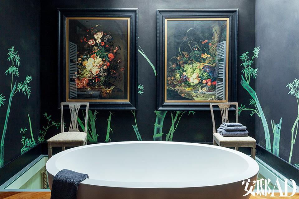 浴室位于二层,靠墙的一半地板大胆地采用了玻璃材质。淋浴的花洒在天花板上,水直接从上面洒下,让洗澡也变成审美享受。壁纸是de Gournay中式系列的Bamboo。