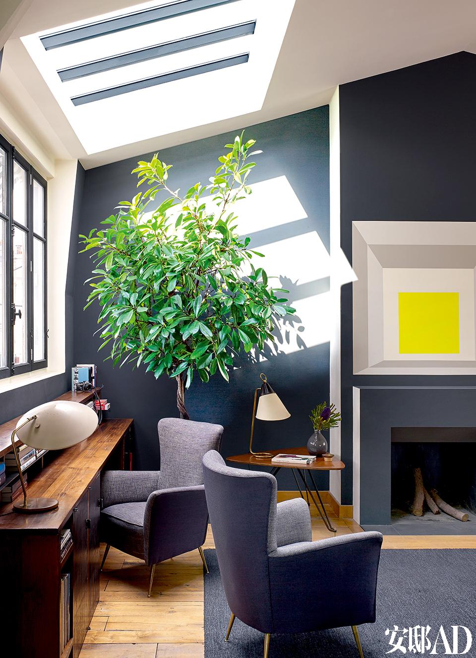 客厅旁窗下的书桌,光线明亮, 储物超强,占地又不多。公寓一角时常被用作工作空间。Florence Lopez设计的 Bureau 小书桌靠窗落地摆放,设计灵感来源于20世纪30年代的风格。书桌上的台灯来自Gerald Thurston,扶手沙发来自Gigi Radice。