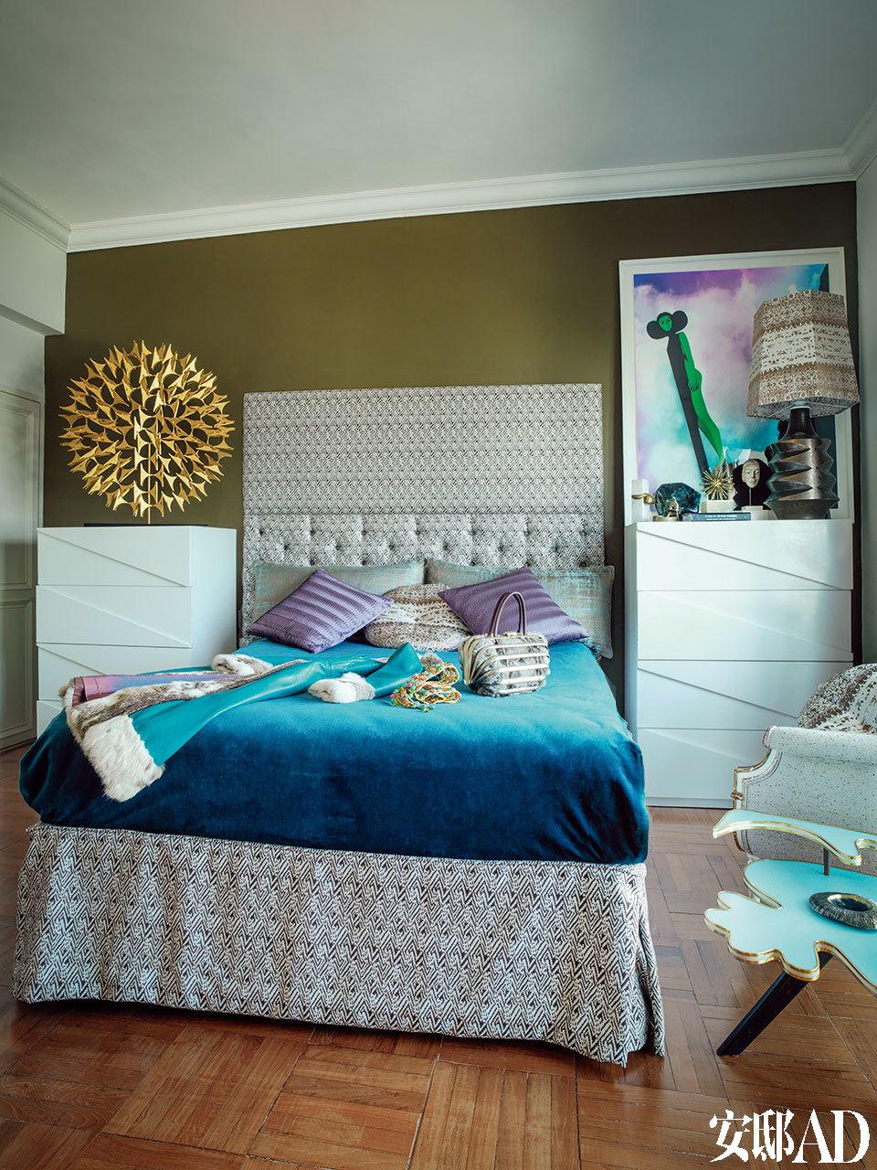 卧室选择了神秘的冷色,但仍然充满戏剧风格。Jenny-lyn说如果人生是一场戏,不如认真入戏。而家这个舞台则要倾心布景。在主卧室中,床头板被覆以来自香港的古董面料,床上的皮草大衣是上世纪60年代的古董衣。左边墙上的黄铜雕塑来自JL Collection,右边墙上的油画则是Tim Summerton的作品,来自The Cat Street Gallery。