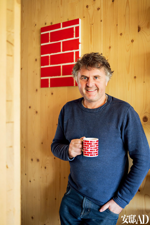 Richard在他的作品Red Brick旁,红砖的Logo跟他手上的杯子相映成趣。