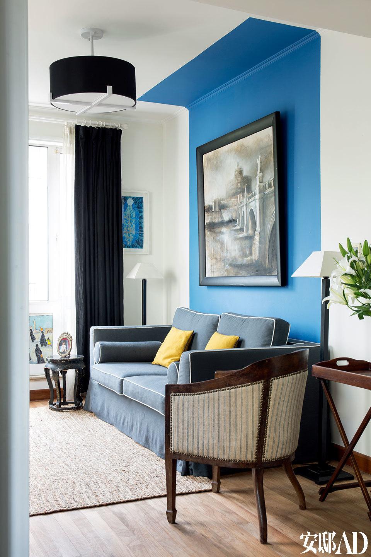 """特意把电视放在视听室,而 不是客厅,免得聊天时"""" 傻 傻地""""看电视。虽是视听室,家庭成员也更愿意把它作为阳光房来使用。蓝色的墙面和沙发非常适合阳光充足的空间。"""
