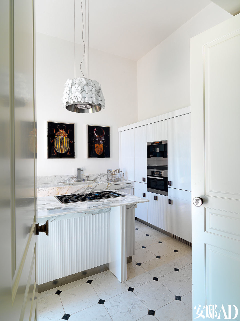 新哥特式的家具既为老宅带来现代风貌, 又不是那么的新潮和跳跃, 让整个室内环境都显得颇为和谐。由Samuele Mazza 设计的Augustus整体厨房中,Cycas花朵装饰吊灯是Alessandro La Spada的作品,Visionnaire出品。墙上的两幅昆虫主题画作《Scrabble》出自Micheal之手。