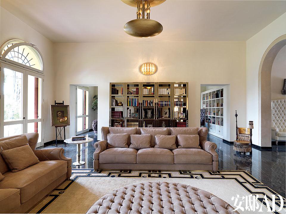 书房两边的通道让客厅更具空间感,客厅中的Wilbur沙发、Maxim's边几和Speyer书架都是Alessandro La Spada的作品,Asoka地毯由Samuele Mazza设计,以上产品均来自Visionnaire。