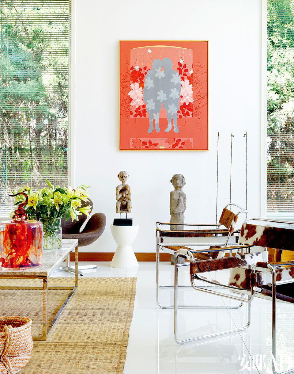 正式的大客厅中,一幅色彩鲜艳的综合艺术品很显眼地挂在白墙上,它是由荷兰艺术家Rene Volker创作的《Sterren》(繁星),这是主人夫妇在儿子出生时买来的纪念品。两尊马来西亚婆罗洲的部落风格人形木雕购自新加坡的Tatiana部落艺术品店,近处的两只Wassily金属皮革椅是Marcel Breuer的设计,Knoll出品。