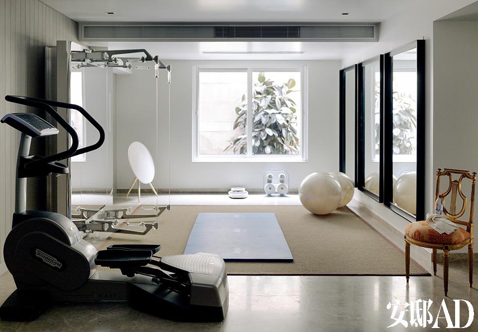 地下一层设计用来进行各种休闲娱乐,健身器材一应俱全,隔壁则是静谧的画室。