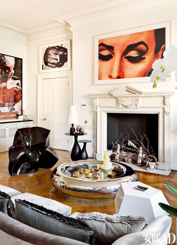 大部分家具和艺术品都不是为这个家专门购置,但经主人之手融入新家之后,却相当和谐完美。客厅另一侧,壁炉上方和门上方的作品均来自Richard Prince,左侧墙上挂着Paul McCarthy的作品。壁炉里的柴架由Mattia Bonetti设计,来自David Gill艺廊。