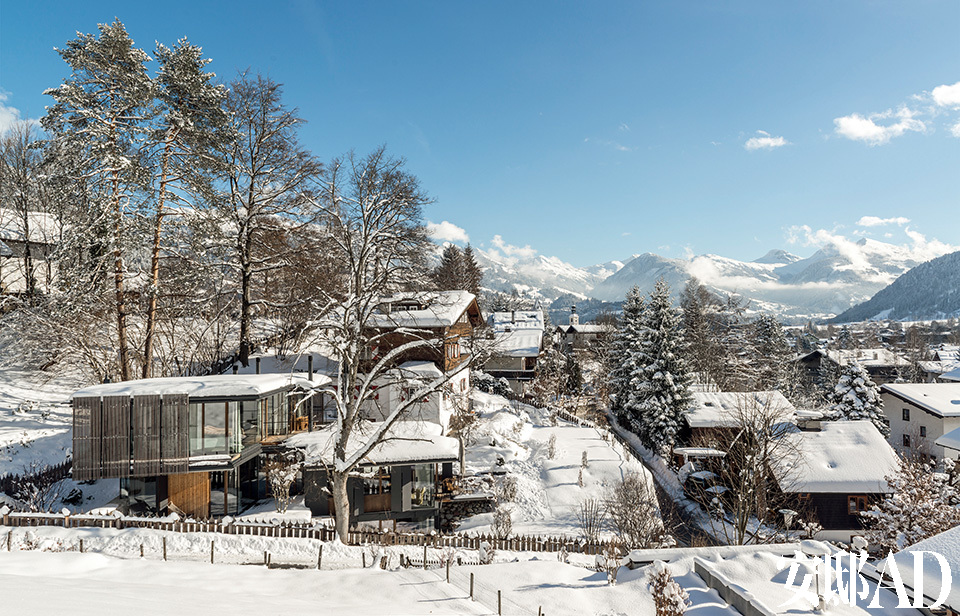 整个HAUS WALDE地区的全景壮丽迷人。阳光照射下的晴朗山坡上,可以望见不远处古老、传统的奥地利风格欧式别墅,与近处玻璃制成的摩登新屋形成对比,体现出奥地利Tyrol地区的美丽景色。