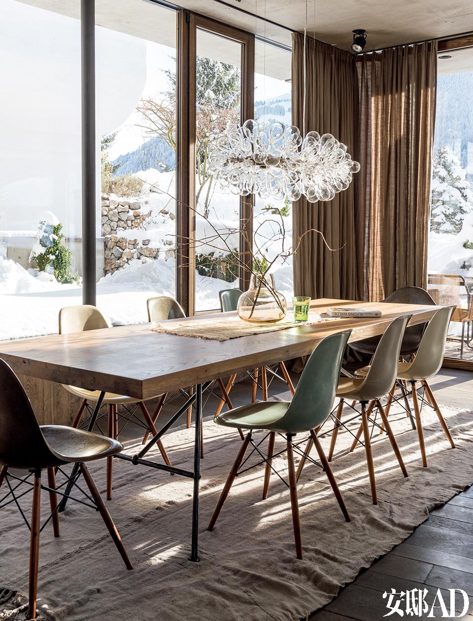 落地玻璃大窗,像是把整个家嵌入风景中,完全没有辜负窗外的无敌雪景 !餐厅的家具和布置是由Monika Gogl工作室的Gogl Architekten设计而成的,由当地木匠Tischlerei Hofer 配合完成。
