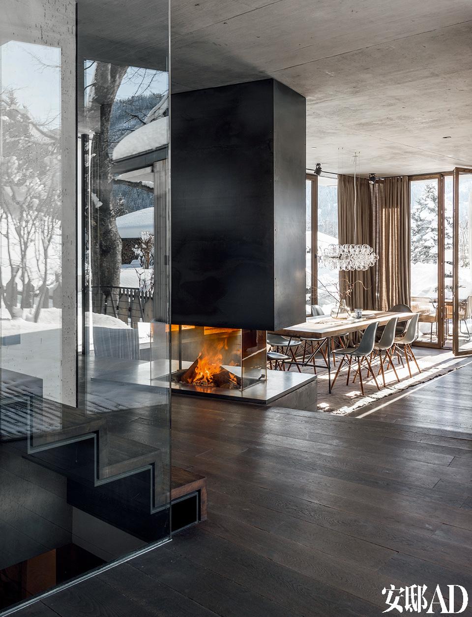 设计简洁的开放式壁炉,不仅为整个空间带来温暖,也成为餐厅与客厅之间的隔断。从客厅可以望见不远处的餐厅。餐桌和厨房的家具也是Monika Gogl工作室Gogl Architekten设计而成的,由当地木匠Tischlerei Hofer 配合完成。
